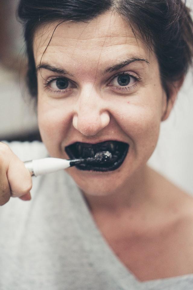 wybielanie zębów czarnym węglem